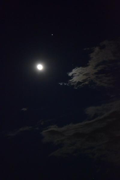 明るい満月に見送られ